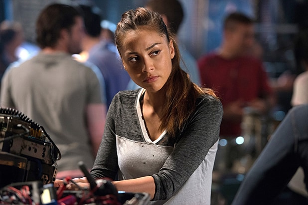 "The 100 -- ""Wanheda: Part One"" -- Image HU301A_0120 -- Pictured: Lindsey Morgan as Raven -- Credit: Cate Cameron/The CW -- © 2015 The CW Network, LLC. All Rights Reserved"