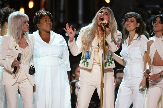 grammys kesha praying