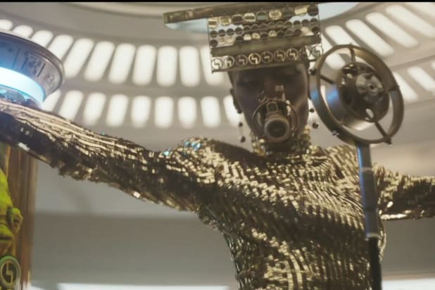 solo a star wars story gold singer person