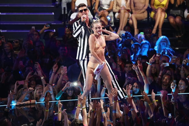 2013 MTV Video Music Awards - Miley Cyrus Robin Thicke Twerking