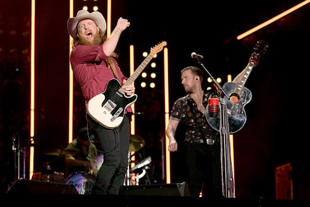 Halftime Show Thanksgiving 2020.Brothers Osborne Thanksgiving Performance Marred By Sound Issues