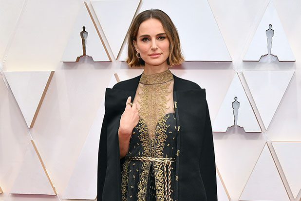 Oscars 2020: Natalie Portman Wears Cape Embroidered With Names of Female Directors Not Nominated (Video)